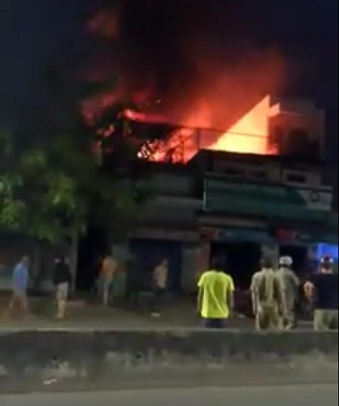 Tiệm sửa xe cháy ngùn ngụt lúc nửa đêm - Ảnh 1.