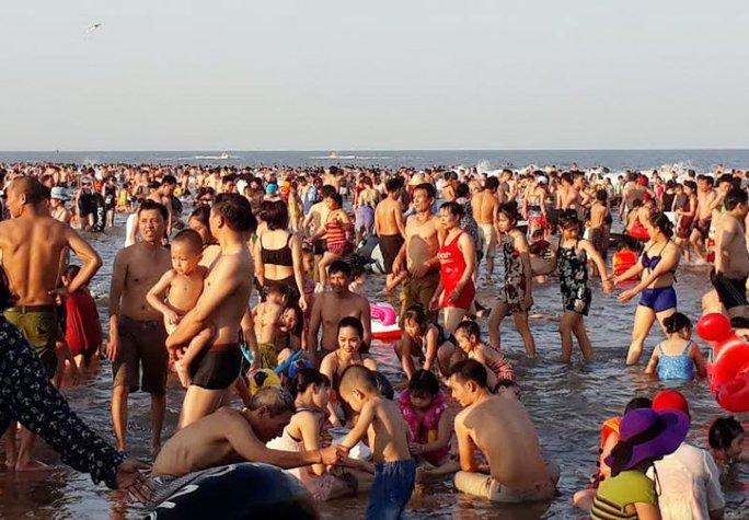 Người dân ùn ùn xuống biển, vào rừng trốn nắng nóng - Ảnh 4.