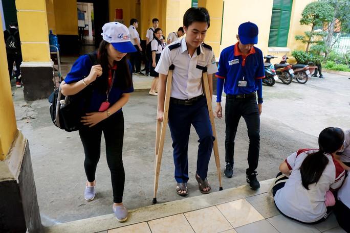 Hai thí sinh bị tai nạn nhưng vẫn quyết tâm thi THPT Quốc gia - Ảnh 3.