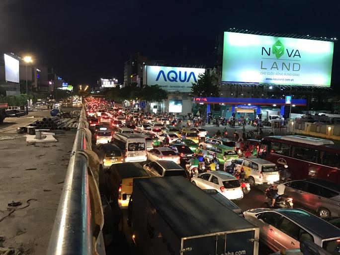 Ngàn người và xe chôn chân quanh sân bay Tân Sơn Nhất - Ảnh 4.