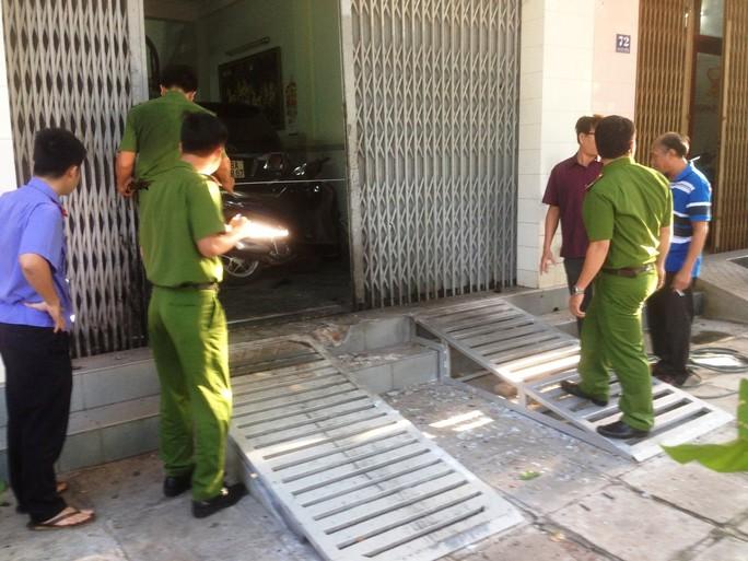 Nghi nổ mìn trước cửa doanh nghiệp, chủ bị thương nặng - Ảnh 3.