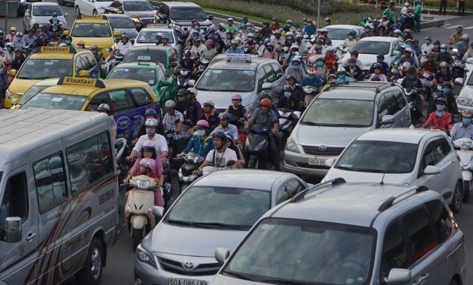 Cửa ngõ sân bay Tân Sơn Nhất hỗn loạn vì sự cố giao thông - Ảnh 5.