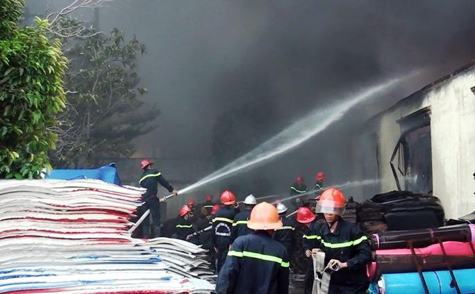 Xưởng nhựa cháy rực trời, dân nháo nhào di tản - Ảnh 2.