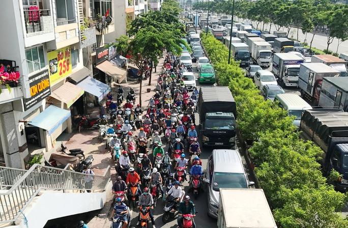 Hỗn loạn trên đường Phạm Văn Đồng - Ảnh 3.