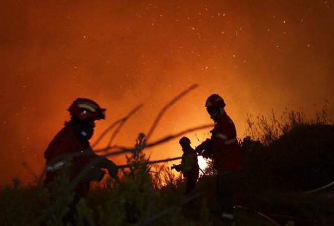 Bão mạnh làm mặt trời đỏ bất thường, thổi bùng cháy rừng - Ảnh 2.