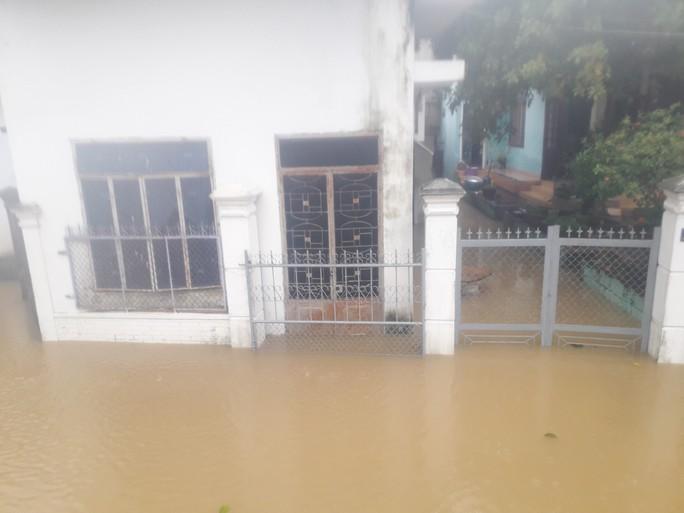 Làng mạc Quảng Nam ngập chìm trong nước, thủy điện vẫn xả lũ - Ảnh 12.