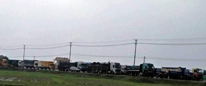 Dân vây trạm BOT Tasco Quảng Bình đòi miễn phí, Quốc lộ 1 ách tắc - Ảnh 3.