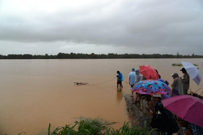 Miền Trung: Nhiều nơi còn ngập chìm trong nước, cô lập - Ảnh 20.