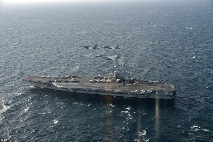 Hia máy bay U.S. F/A-18 (Mỹ) và F-15 (Nhật Bản) bay phía trên tàu USS Ronald Reagan trong lúc tập trận. Ảnh: REUTERS