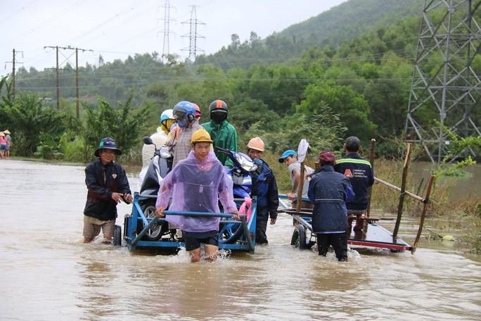 Người dân Quảng Nam dùng xe bò chở xe máy vượt lũ - Ảnh 6.