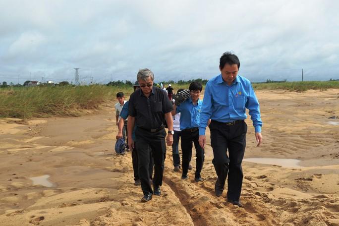 Báo Người Lao Động vượt đò đến với người dân vùng lũ Quảng Ngãi - Ảnh 7.