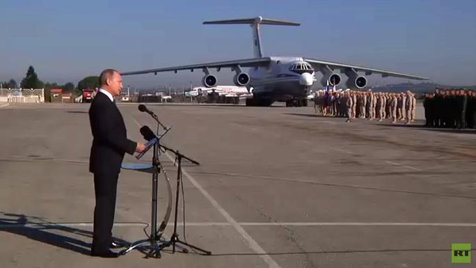 Tổng thống Putin bất ngờ tới Syria, tuyên bố rút quân - Ảnh 1.