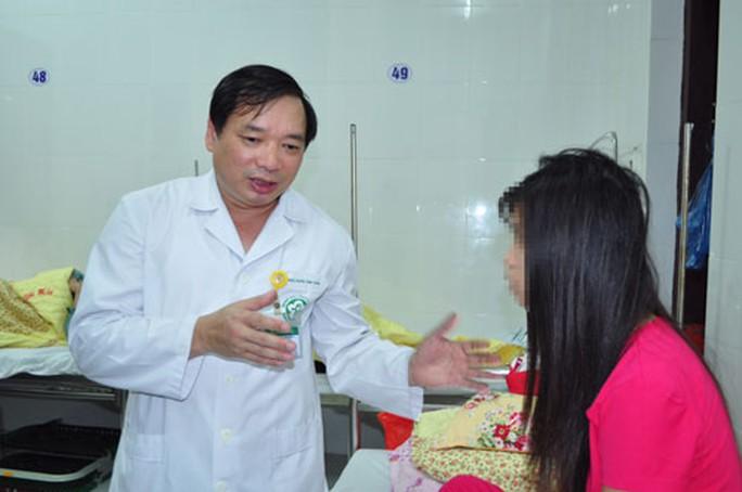 Bác sĩ trò chuyện với bệnh nhân tại Viện Sức khỏe tâm thần - Bệnh viện Bạch Mai - Ảnh: THẾ ANH