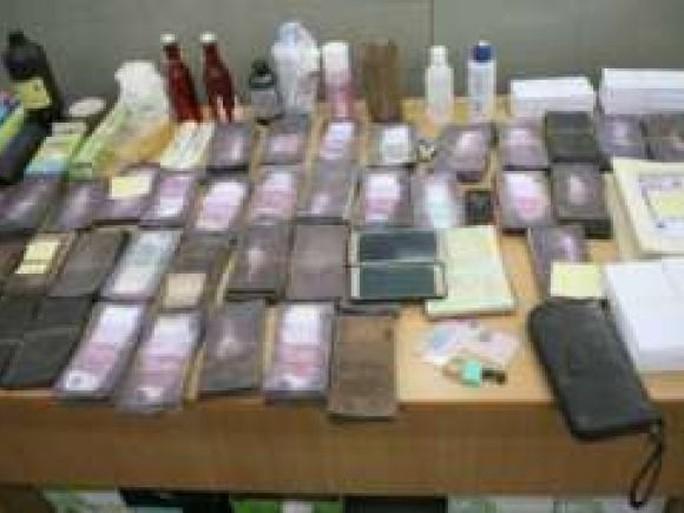 Số tiền giả bị tịch thu và nguyên liệu dùng để in ấn thêm tiền giả. Ảnh Kosovo Police