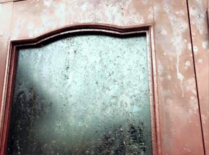Bom thối vương khắp trên cửa nhà ông Hạnh