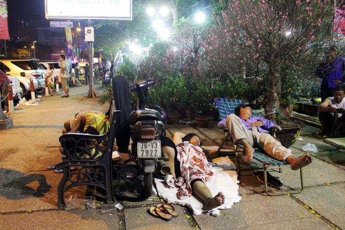 Tại công viên 23-9, nhiều người quá mệt mỏi ngủ vật vờ bên gian hàng.