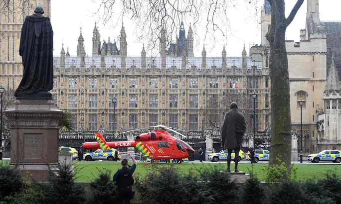 Một trực thăng cứu thương bên ngoài cung điện Westminster sau vụ tấn công. Ảnh: PA