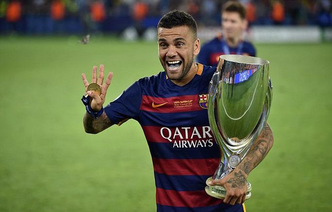 Alves tiết lộ lý do rời Barcelona