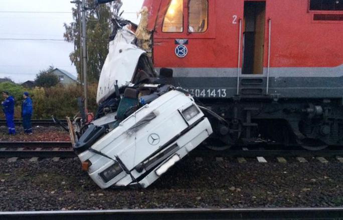 """Nga: Tàu lửa """"xé toạc"""" xe buýt, 19 người chết - Ảnh 4."""