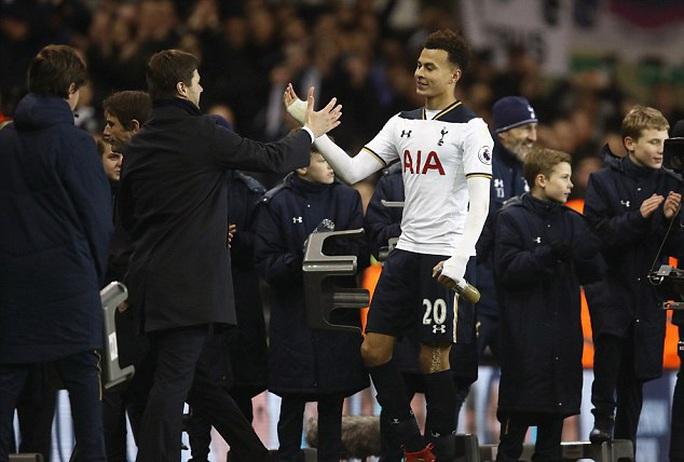 Pochettino chúc mừng Alli, người ghi 2 bàn thắng cho Tottenham