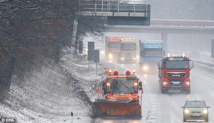 Thời tiết giá rét khiến giao thông, đời sống người dân châu Âu gặp khó khăn. Ảnh: EPA