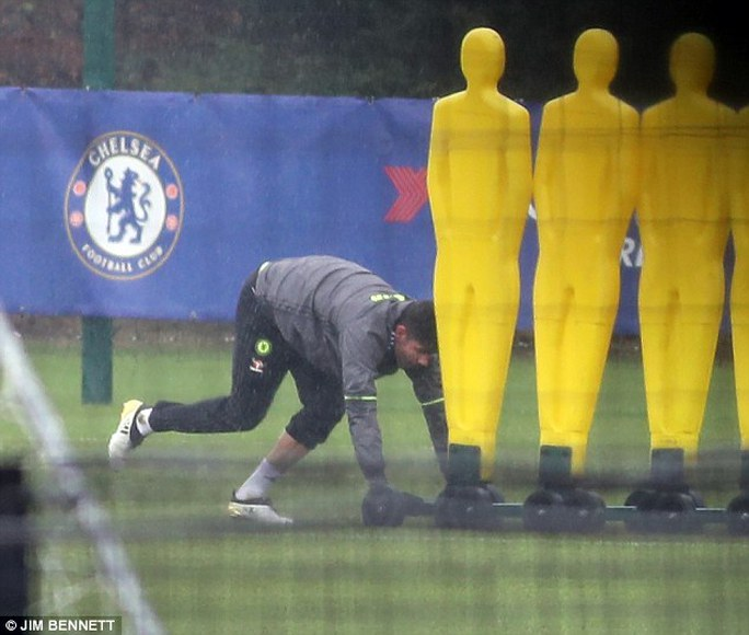 Tiền đạo Costa tập luyện một mình hôm 16-1
