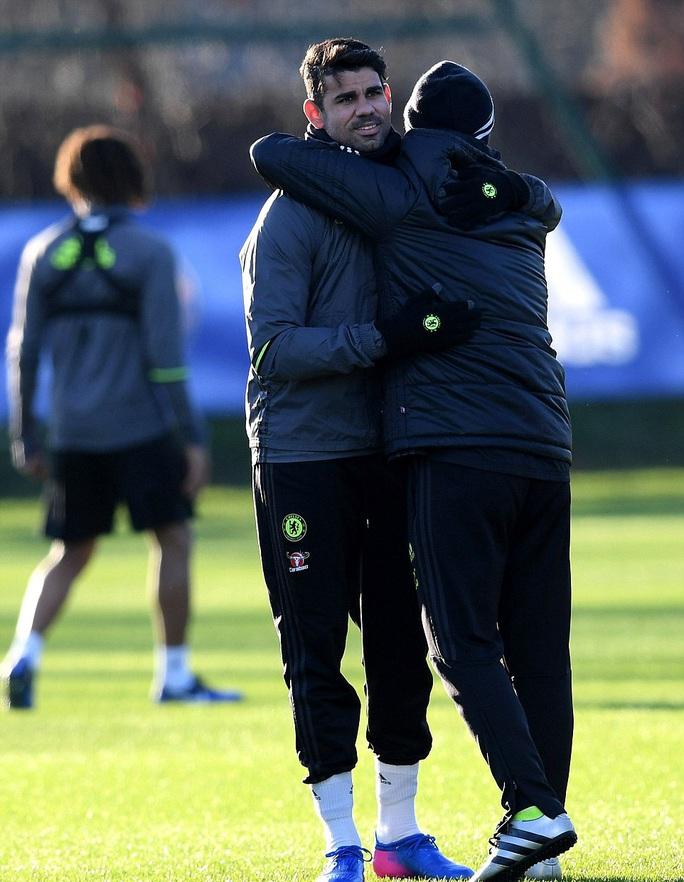 Costa và trợ lý HLV Costantino Coratti chia sẻ một cái ôm