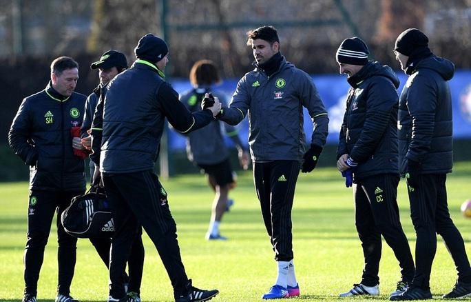 Costa và HLV Conte (thứ 2 từ trái sang) đã làm lành