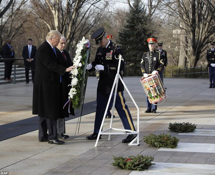 Trước đó cùng ngày, ông Trump đặt vòng hoa tưởng niệm lên mộ của những binh sĩ vô danh để tưởng nhớ đến những người đã hi sinh vì đất nước. Ảnh: AP