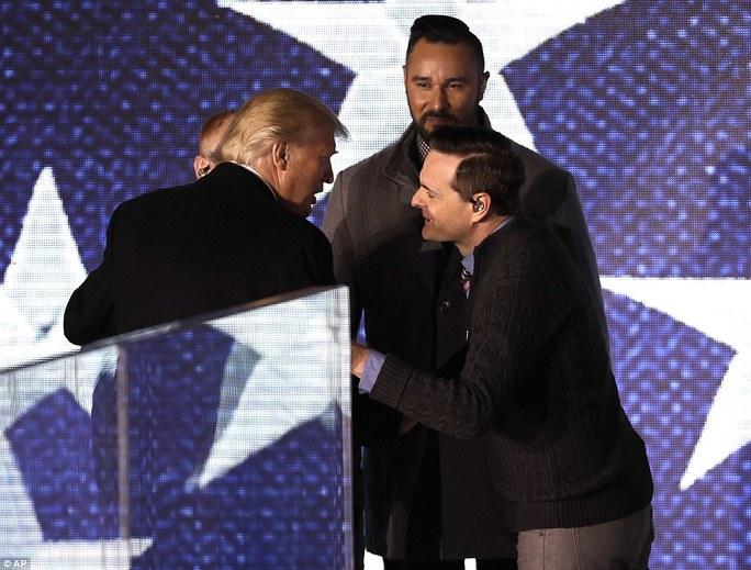 Nhóm 3 Doors Down chúc mừng ông Trump. Ảnh: AP