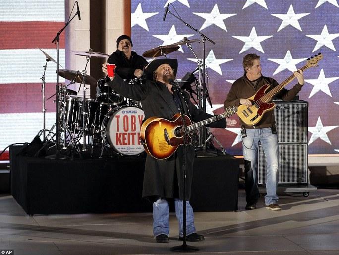 Ca sĩ, nhạc sĩ Toby Keith biểu diễn 2 ca khúc Made In America và Courtesy Of The Red, White And Blue đình đám. Ảnh: AP