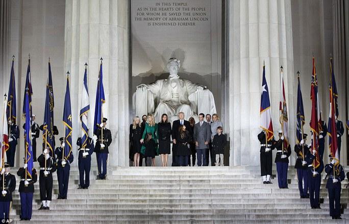 Gia đình ông Trump tại Đài tưởng niệm Lincoln. Ảnh: AP