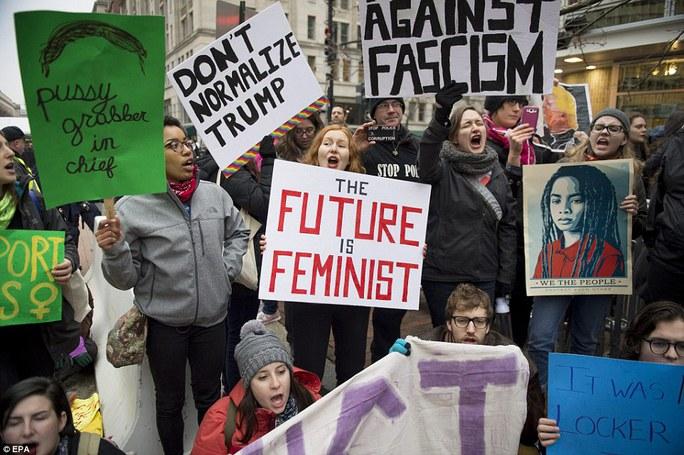 Nhóm biểu tình chỉ trích ông Trump kỳ thị nữ giới, tấn công tình dục. Ảnh: EPA