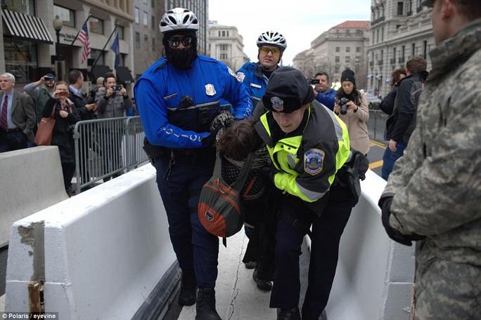 Một người bị bắt giữ. Ảnh: Polaris