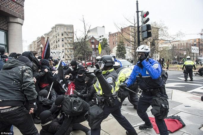 6 cảnh sát bị thương khi làm nhiệm vụ trấn áp đoàn biểu tình hung hãn. Ảnh: Polaris