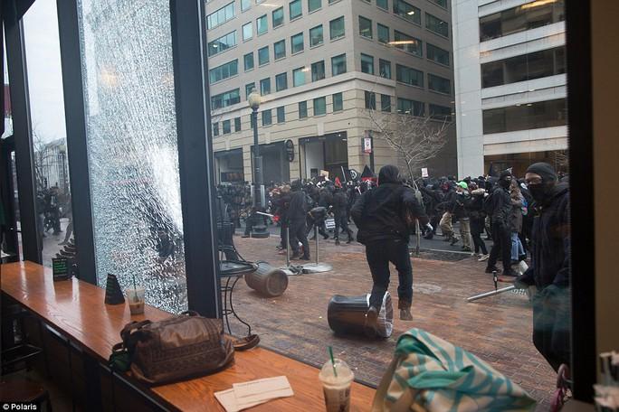 Khung cảnh hỗn loạn nơi đoàn biểu tình quá khích đi qua. Ảnh: Polaris