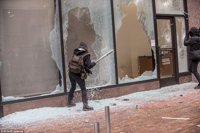 Cửa kính của các tòa nhà bên đường cũng bị đập vỡ. Ảnh: Polaris