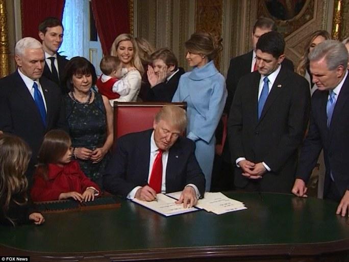 Cậu út Barron chơi đùa cùng cháu Theodore - con gái út của Ivanka Trump. Ảnh: Fox