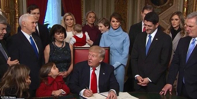 Ông Trump ký sắc lệnh đầu tiên xung quanh con cháu. Ảnh: Fox