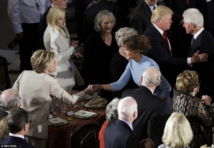 Vợ ông Trump, đệ nhất phu nhân Melania Trump, bắt tay bà Clinton. Ảnh: Reuters