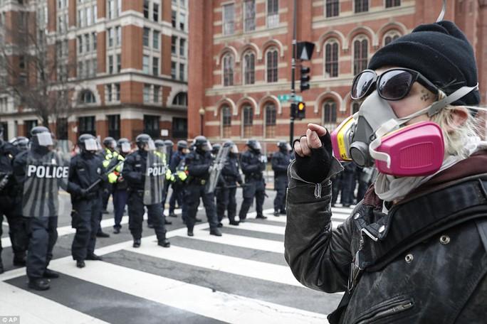 Một người đàn ông thách thức cảnh sát. Ảnh: AP