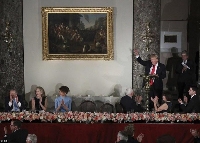 Ông Trump mời mọi người đứng lên hoan nghênh ông bà Clinton. Ảnh: AP