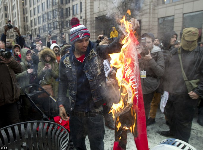Chiếc áo có chữ Donald Trump bị đốt. Ảnh: AP
