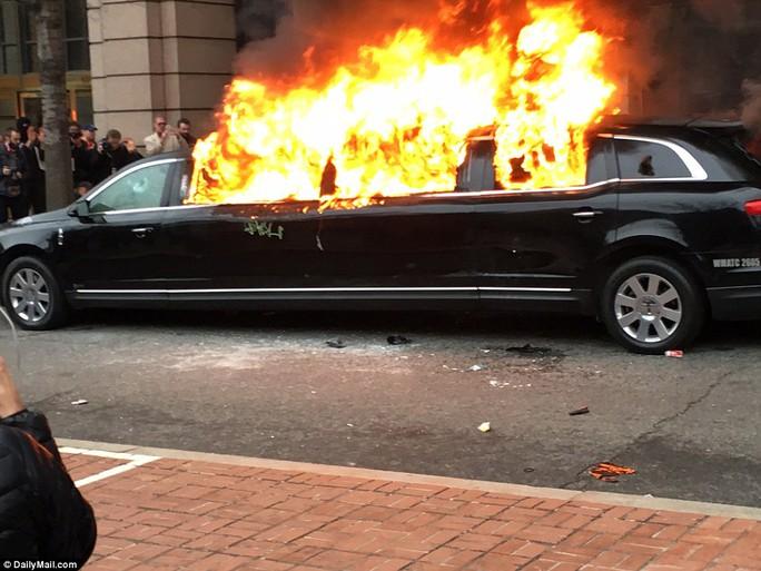 Xe Limousine bị đốt. Ảnh: Daily Mail