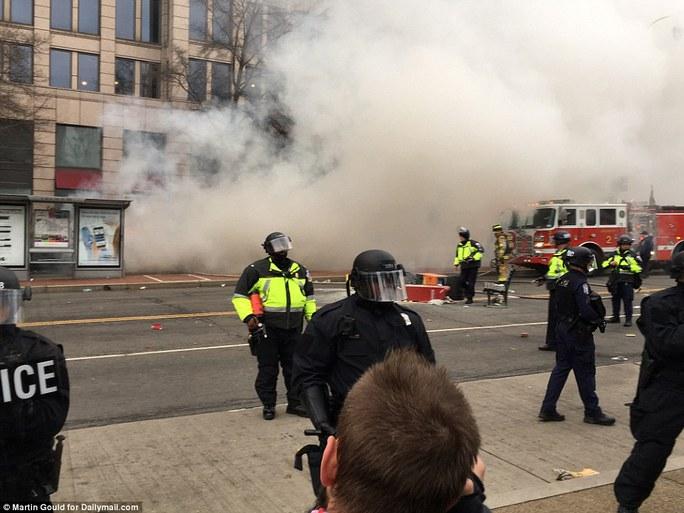 Lực lượng cảnh sát buộc phải sử dụng hơi cay. Ảnh: Daily Mail