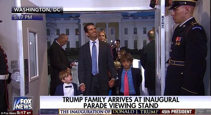 Spencer (trái) và Don III (phải) sát bước cùng cha là Donald Jr - con trai trưởng của ông Trump. Ảnh: Fox
