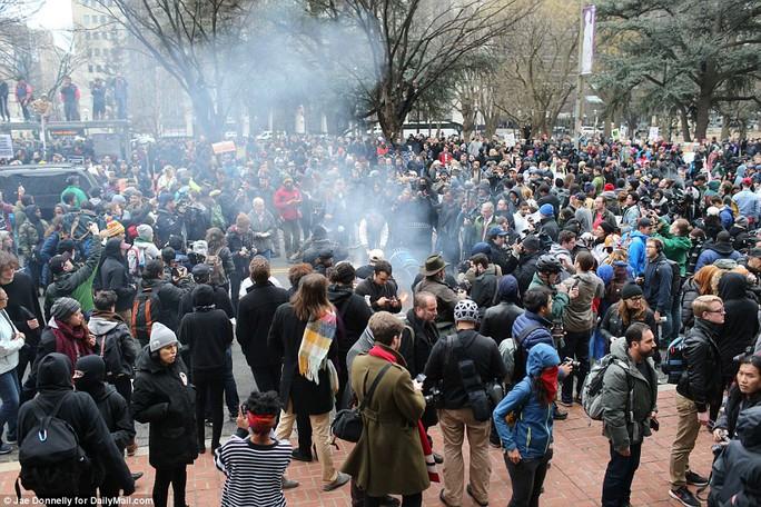 Hàng ngàn người biểu tình trong ngày ông Trump tuyên thệ nhậm chức. Ảnh: Daily Mail