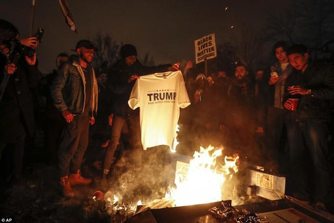 Một nhóm đốt áo ông Trump. Ảnh: AP