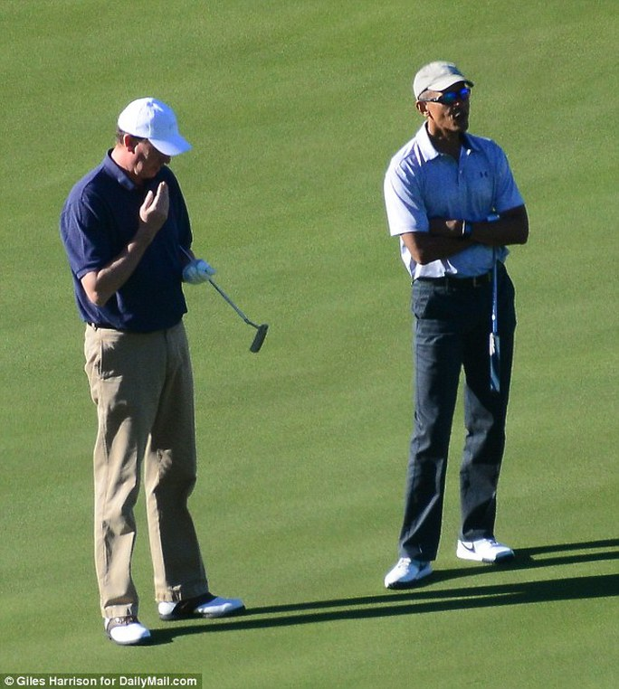 Ông Obama trông rất thư giãn khi chơi golf. Ảnh: Daily Mail