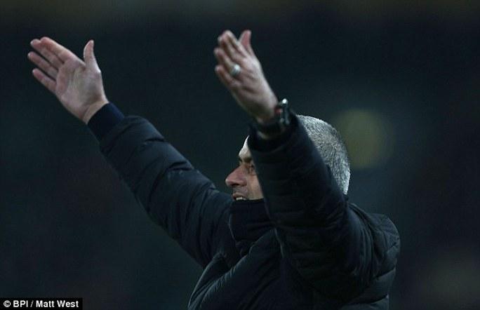 Mourinho phản ứng trọng tài nhẹ nhàng vì sợ bị phạt